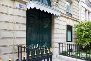 Entrée immeuble de la maison dior avenue Montaigne à Paris